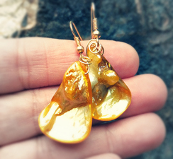 MOTHER OF PEARL EARRINGS YELLOW